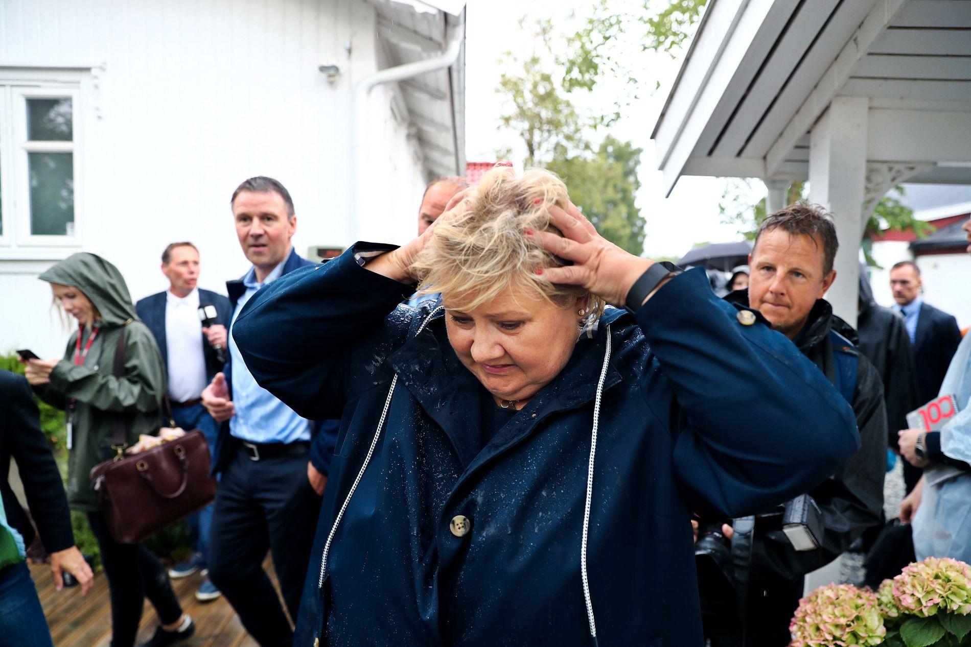 I REGNET: Da statsminister Erna Solberg kom på besøk, kom regnet endelig til Kløfta. Bonden tok statsministeren med ut på jordet for å vise hvorfor det allerede var for sent.