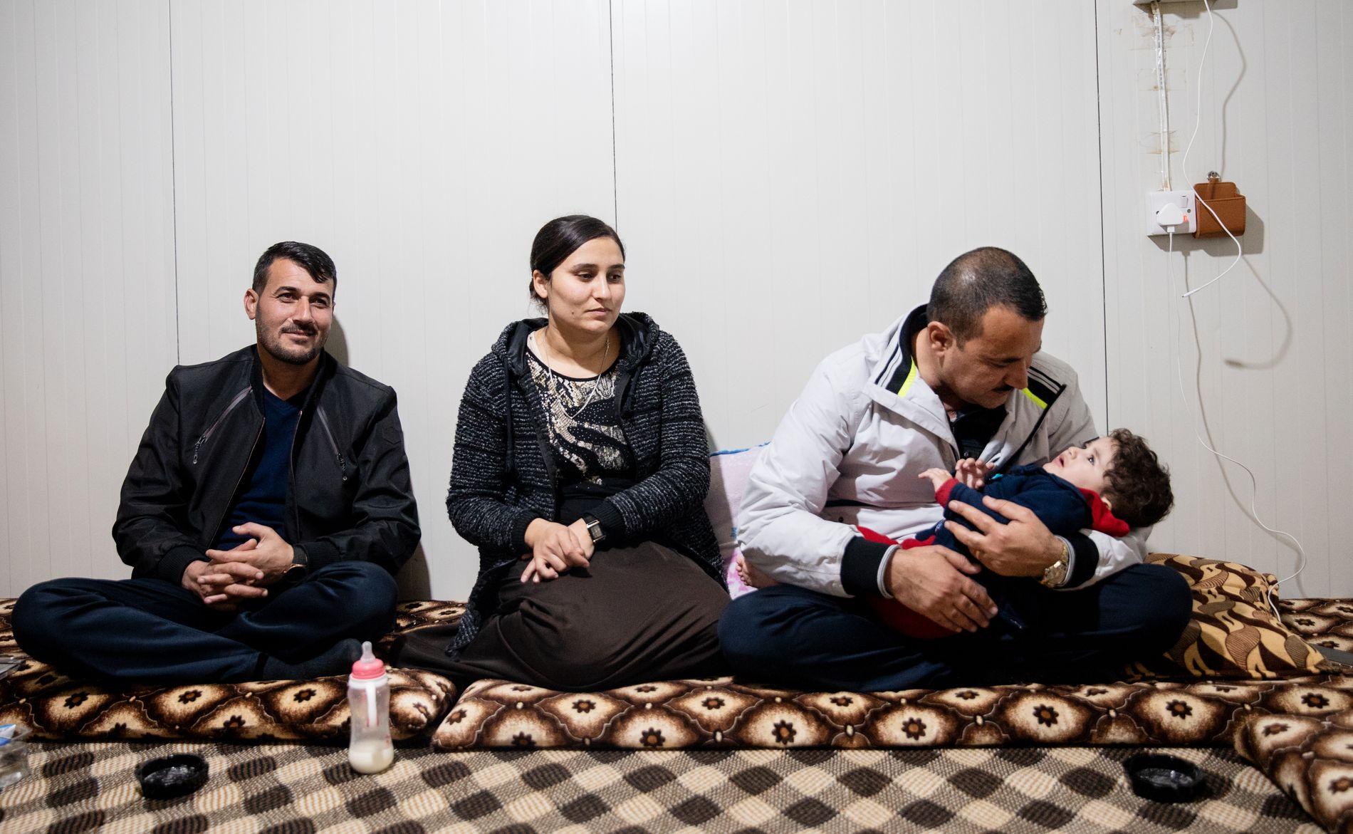 NADIAS FAMILIE: Nadia Murads storebror Khaled Murad (34) (t.v.) overlevde massakren i Kocho. Her sammen med Jilan (26) og Hezni Murad (37), og deres datter Rawan (1).