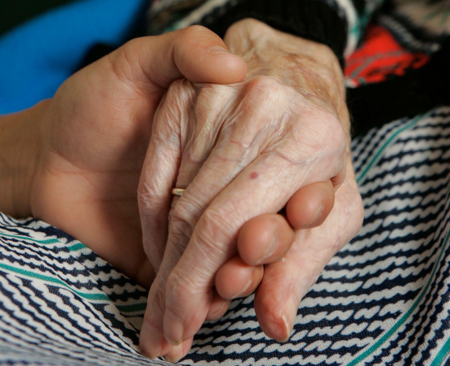 OMSORG: Mange pårørende sliter seg ut med å takle både omsorg og full jobb.