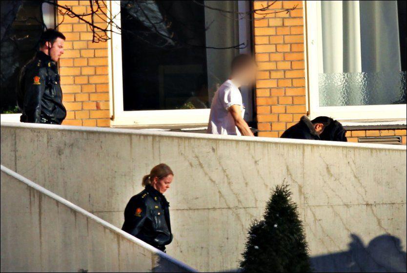 UTE: Her blir Imran Saber kjørt ut av sykehuset, fulgt av bevæpnede politifolk. Foto: Nils Bjåland/VG