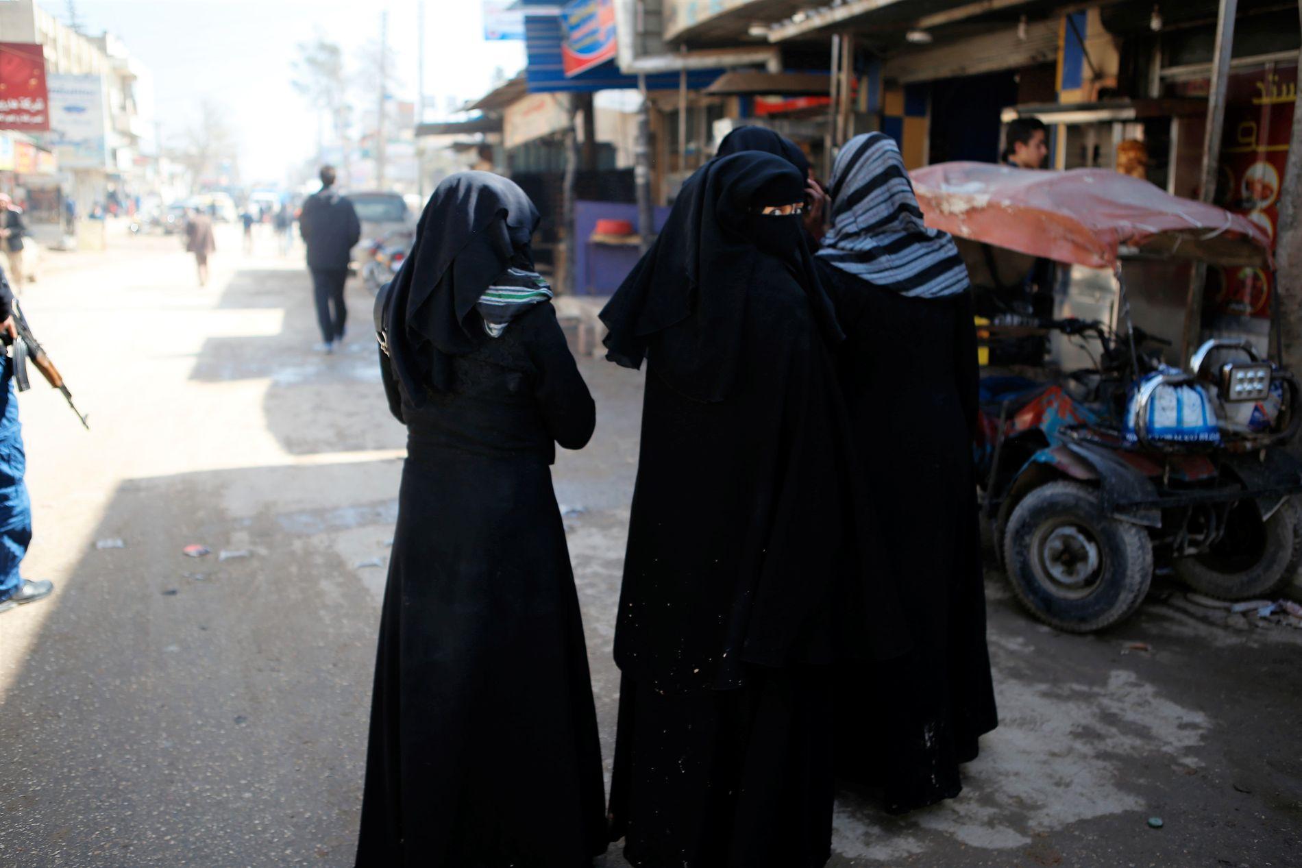 VAR UNDER IS-KONTROLL: VG blir vist byen Azaz, som Tyrkia erobret fra IS under sin første militæroffensiv mot Syria i august 2016. De fleste kvinnene går fortsatt fullstendig tildekket.