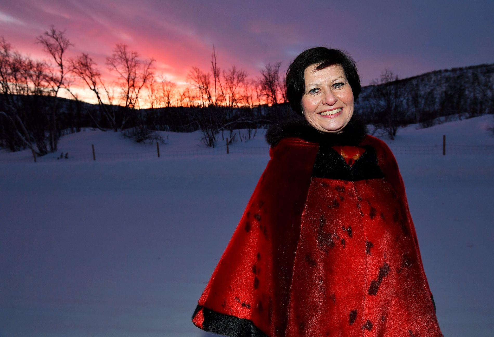 HELGA I SELSKINN: Helga Pedersen ankommer samenes nasjonaldag på Tana bru i solnedgang og selskinns-cape.