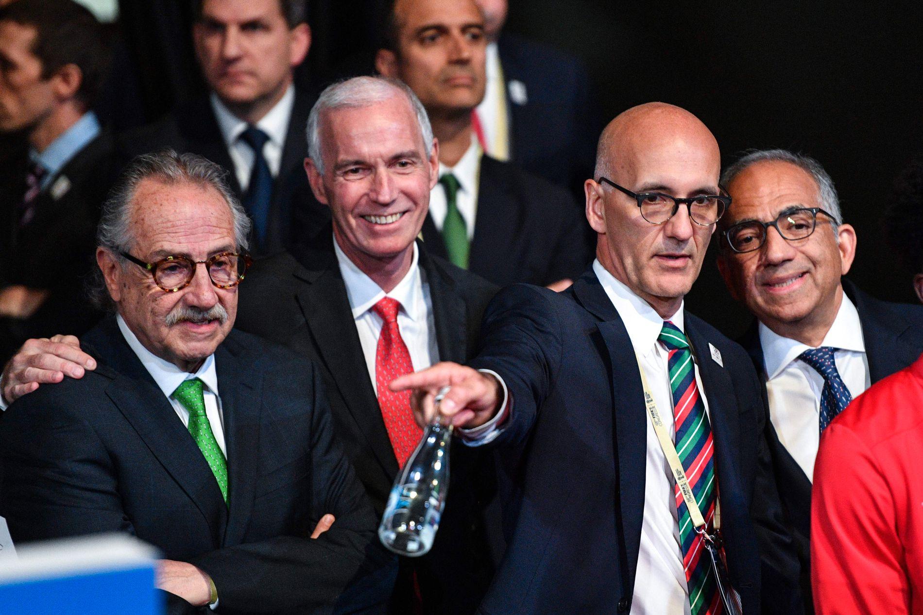 VINNERNE: Fra v. Mexicos fotballpresident Decio de Maria Serrano, videre Canadas fotballpresident Steve Reed. Helt til høyre USAs fotballpresident Carlos Cordeiro.