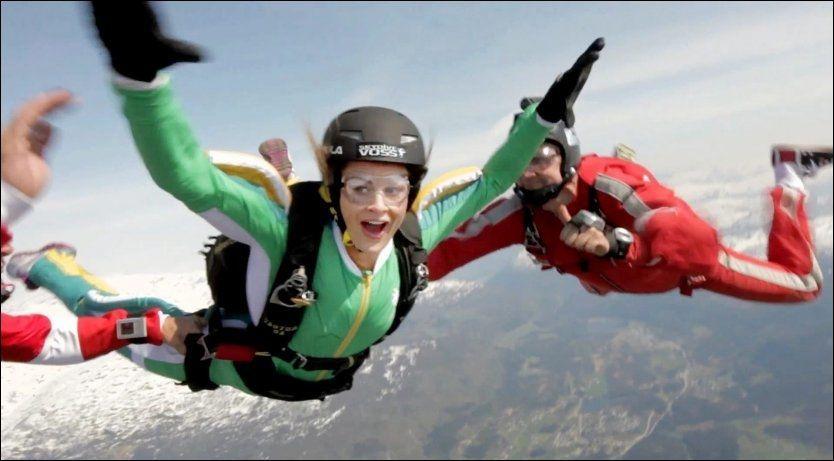NERVEPIRRENDE: Jenny Skavlands ene utfordring er å gjøre akrobatikk i fritt fall. Her prøvehopper hun sammen med to fallskjerminstruktører. Foto: MAX