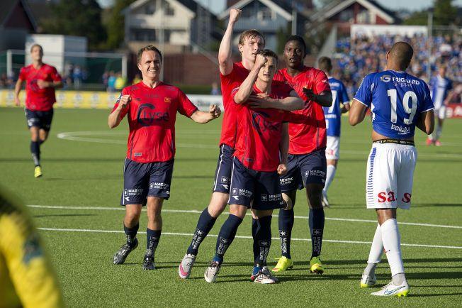MÅL! Viking-spillerne jubler sammen med André Danielsen etter straffemålet før pause.