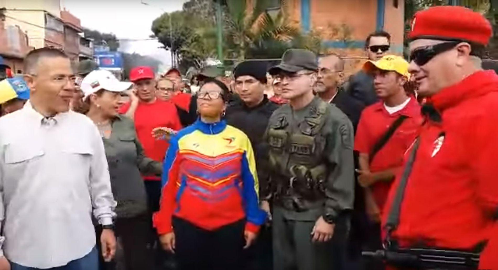 MISTENKT FOR DRAP: Den beryktede «colectivo»-lederen Valentin Santana (til høyre i rødt) sammen med kulturminister Ernesto Villegas (til venstre) og ordfører i Caracas, Erika Farías (i midten). Santana er mistenkt for tre mord, og ble selv utpekt av avdøde Hugo Chávez i 2009.