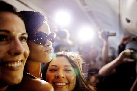 JOURNALIST OG FAN: Rihanna og assistenten Jennifer sammen med en journalist på 777-flyet. Den ukes lange reisen skapte stor oppmerksomhet i medier verden over. Rihanna fikk den oppmerksomheten hun ville. Foto: Amund Bakke Foss