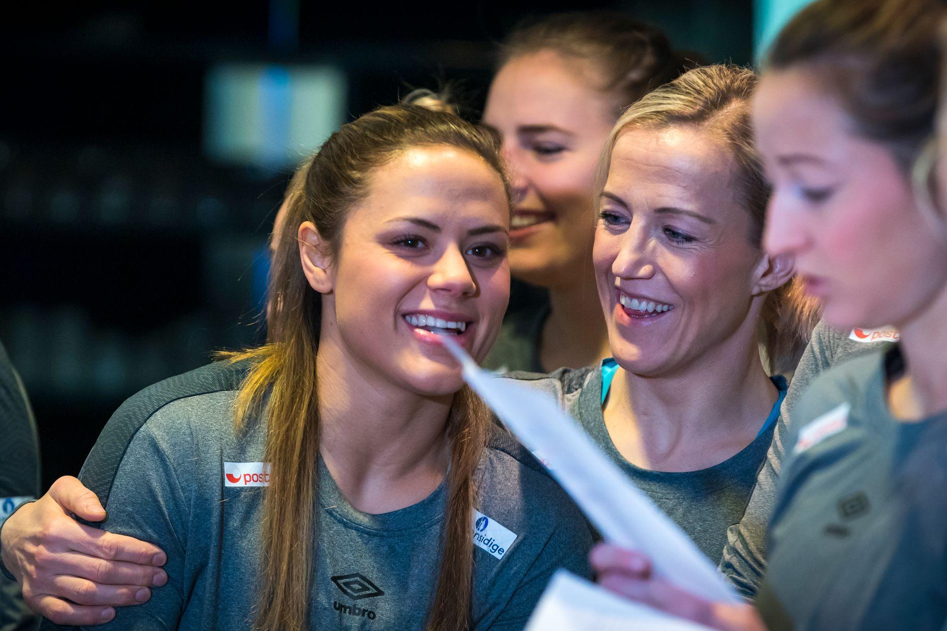 ENDELIG: Thea Mørk er klar for sitt første mesterskap. Her sammen med Heidi Løke.