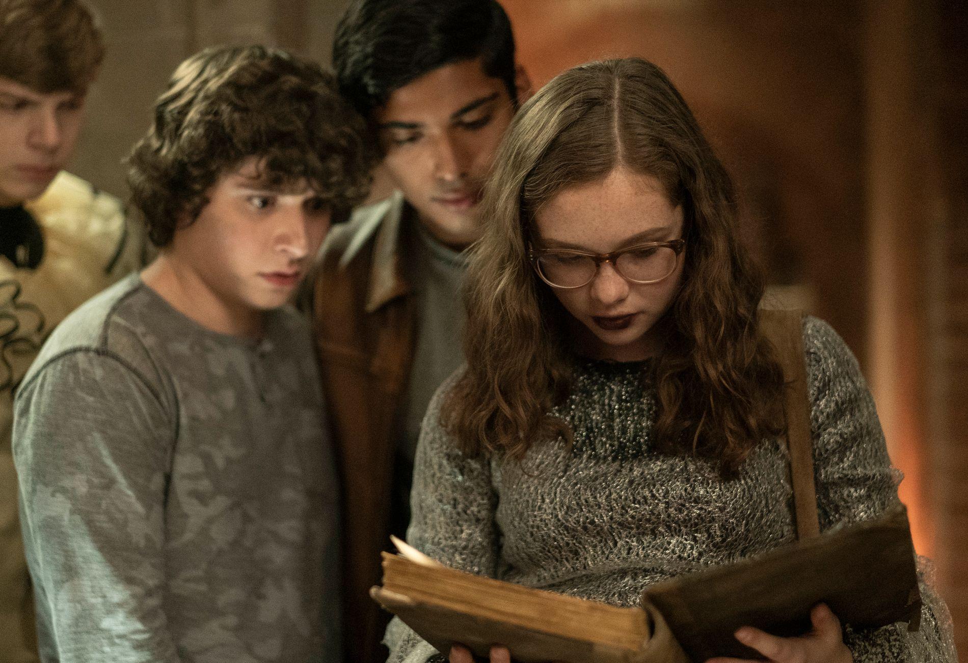 BOKEN SOM SKRIVER SEG SELV: Austin Zajur, Michael GArza og Zoe Margaret Colletti i «Scary Stories To Tell In The Dark».
