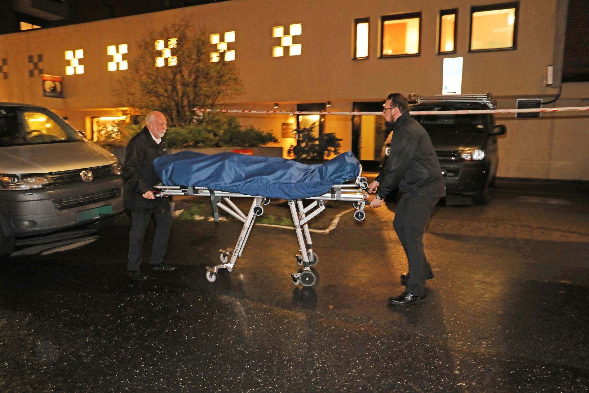 DREPT: Her bæres mannen ut av leiligheten på Majorstuen i Oslo.