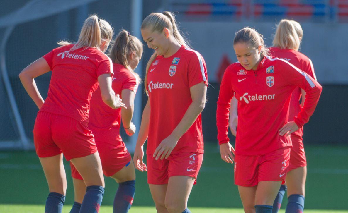 STORSCORER: Lisa-Marie Utland (midten) - her sammen med Guro Reiten (t.h.) på trening - sliter på klubblaget. På landslaget har hun funnet seg til rette.