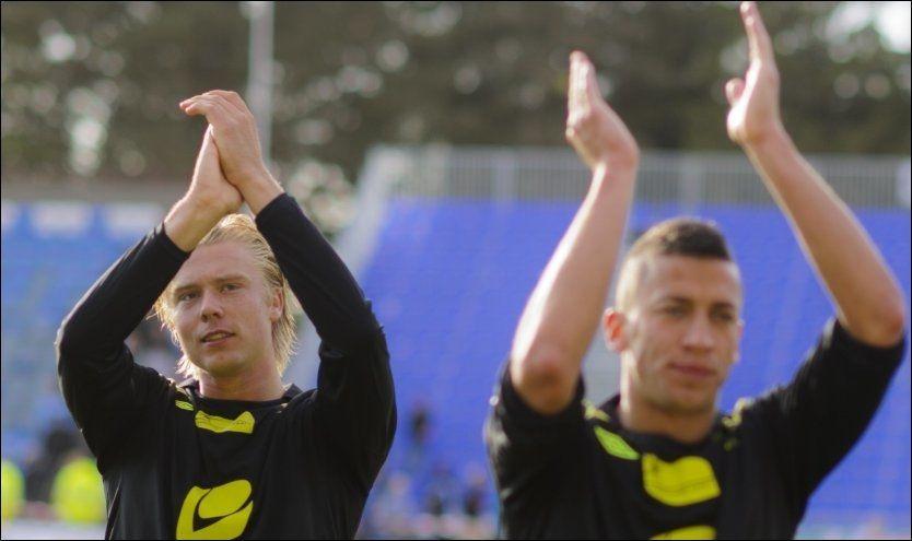 HELTENE: Alexander Søderlund (t.v.) og Nikola Djurdjic scoret hvert sitt mål og takket fansen etter kampen i Sandnes. Foto: Scanpix