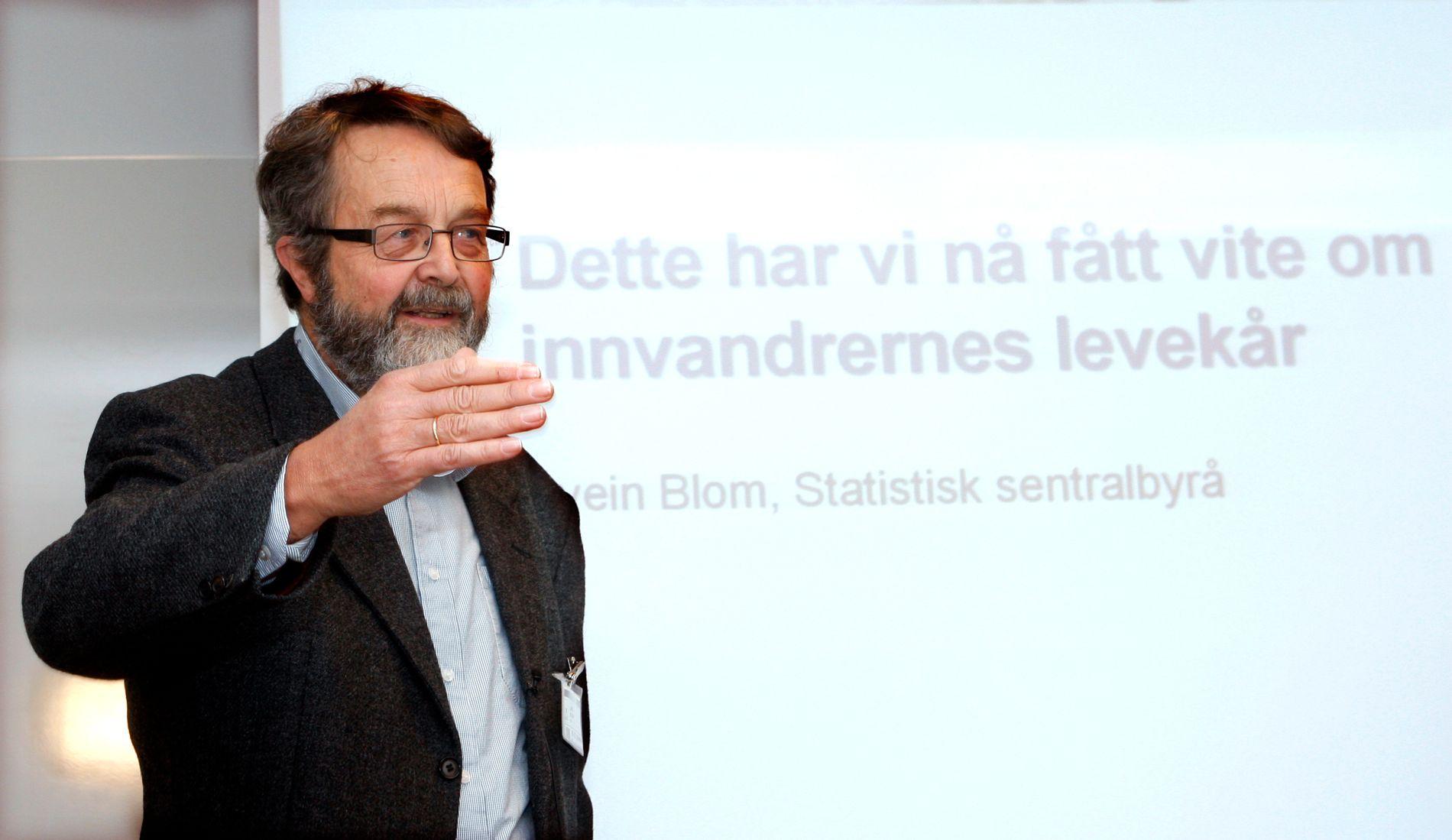 BEKYMRET: – Tilliten til SSB må gjenopprettes slik at  samfunnsoppdraget institusjonen har fått kan fylles, sier den profilerte SSB-forskeren Lars Østby.  Bildet er tatt i 2008, da Østby overleverte en rapport om levekår blant innvandrere i Norge.