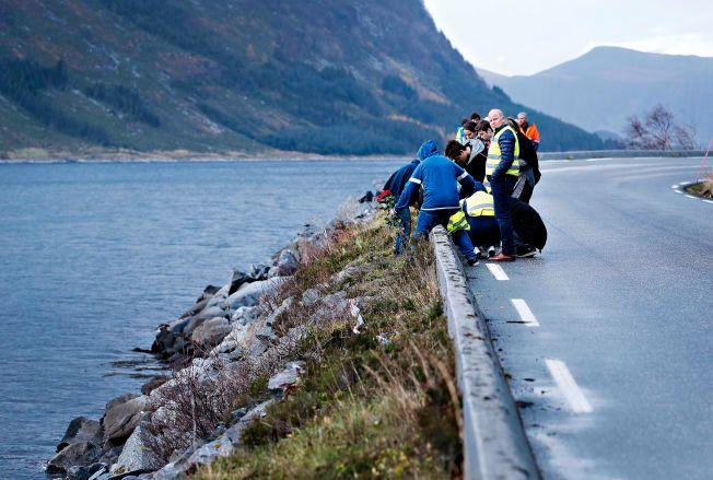 LA NED BLOMSTER: Medelever var lørdag ettermiddag tilbake hvor kjæresteparet kjørte av veien mellom Selje og Måløy i Sogn og Fjordane.
