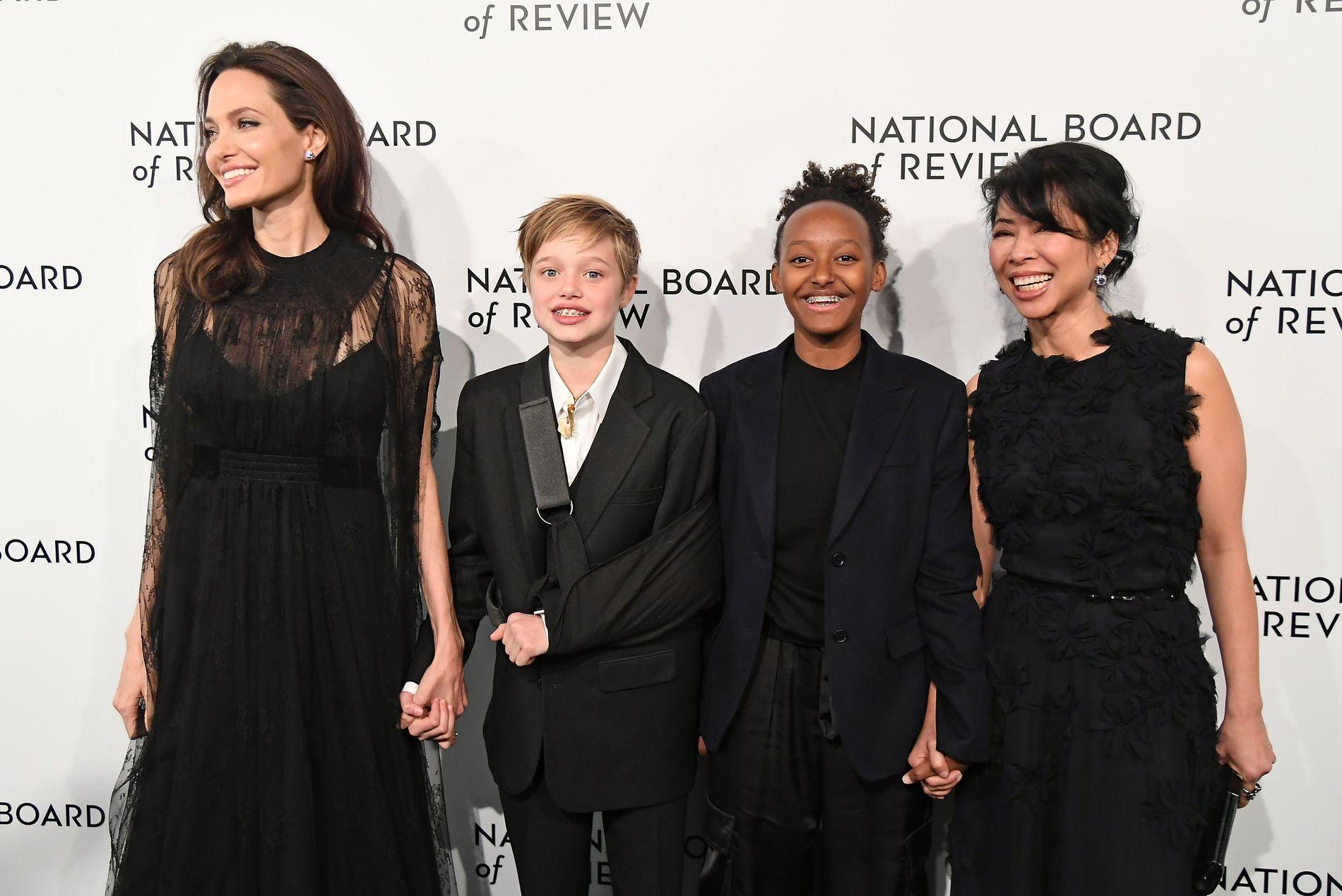 PÅ GALLA: Angelina Jolie, Shiloh Jolie-Pitt, Zahara Jolie-Pitt og Loung Ung på National Board of Review Awards Gala i New York tirsdag.