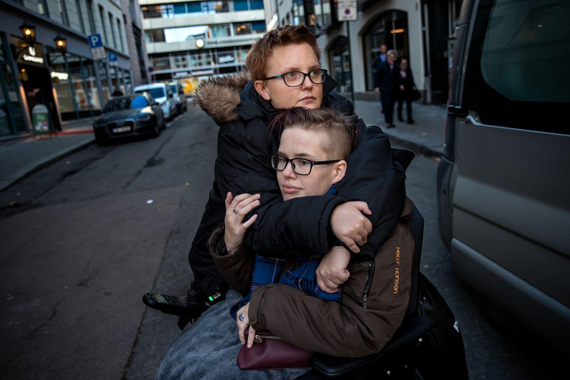 SAMMEN: Silje Husby har Cerebral Parese og sitter i rullestol. Hun har store smerter og ønsker en operasjon som hun ikke får i Norge, men som en utenlandsk kirurg tilbyr henne. Her sammen med kjæresten Elise Eikeland