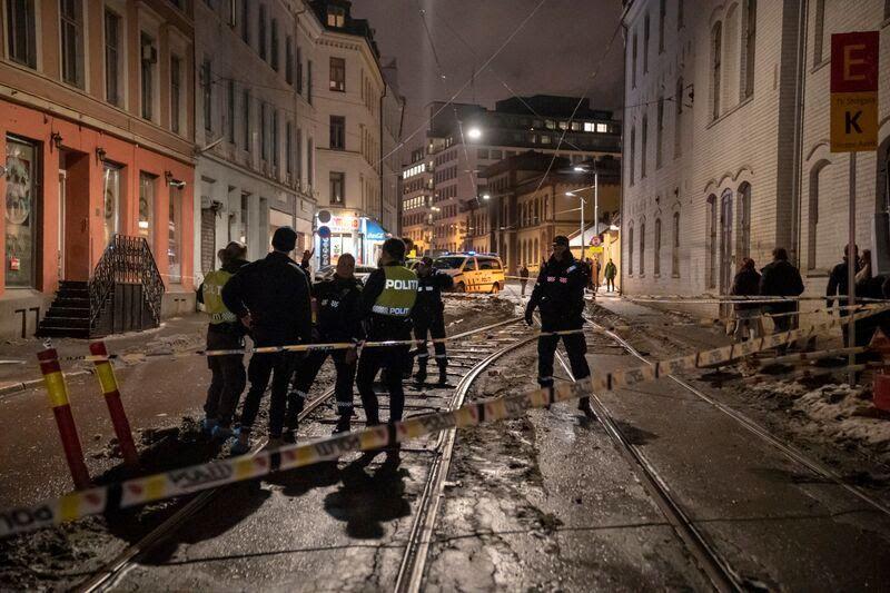 ETTERFORSKER: Politiet sperret natt til søndag av et større område etter knivstikkingen i Storgata.