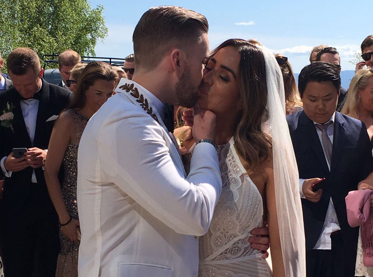 KYSSET: Stian Blipp og Jamina Iversen kysser til jubel på Domkirkeodden på Hamar.