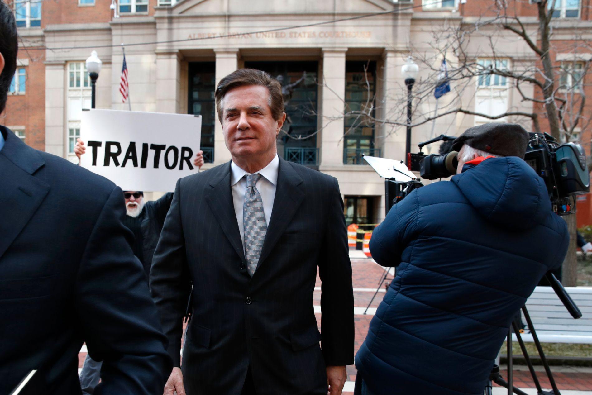 TILTALT: Donald Trumps tidligere valgkampsjef, Paul Manafort, er i retten, tiltalt for en rekke alvorlige lovbrudd.