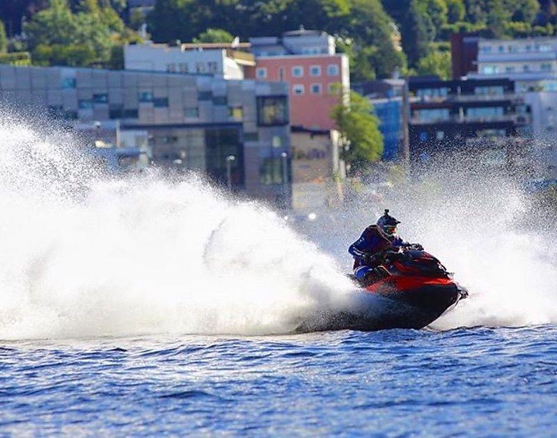 RÅSKINN: Det går unna i en forrykende fart når lederen i Vannscooter Norge, Christian Hammernes, kjører løp. Hjelm og vest hører med til sikkerhetsutstyret.
