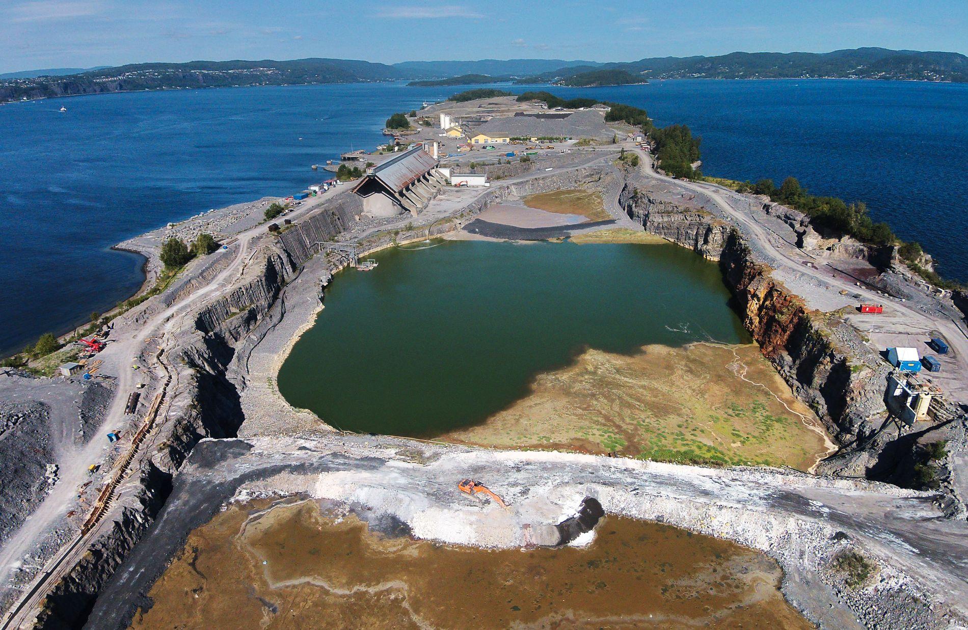 DAGENS DEPONI: Lagring av farlig avfall har i flere år foregått her på Langøya ved Holmestrand i Vestfold. Det skal avløses av et annet nasjonalt deponi etter at det beregnes å være fullt i 2022.