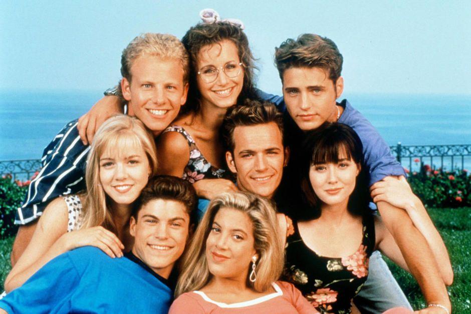 POPULÆRE: Slik så de ut i 1992: Bak f.v.: Ian Ziering, Gabrielle Carteris og Jason Priestley. Foran f.v.: Jennie Garth, Brian Austin Green, Tori Spelling, Luke Perry og Shannen Doherty.