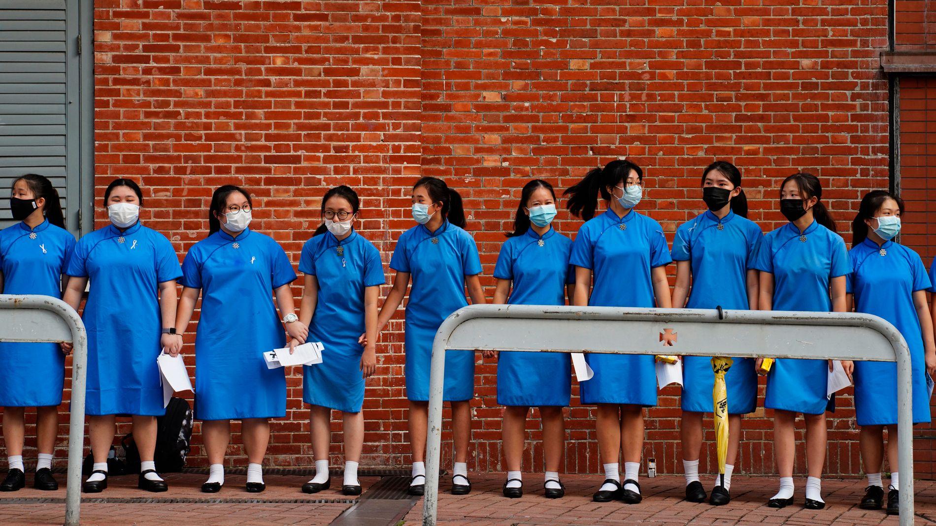 NYE DEMONSTRASJONER: Studenter formet en kjede utenfor St. Paul's Co-Educational College for å protestere mot den omstridte utleveringsloven makthaverne i byen vil vedta for å kunne sende straffedømte til Kina for soning.