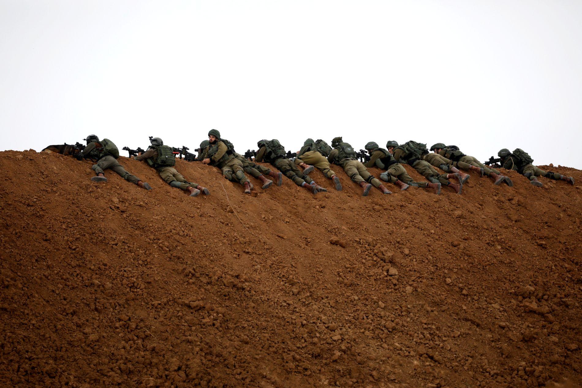 PARAT: Israelske soldater ligger klare ved grensen mot Gaza 30. mars.