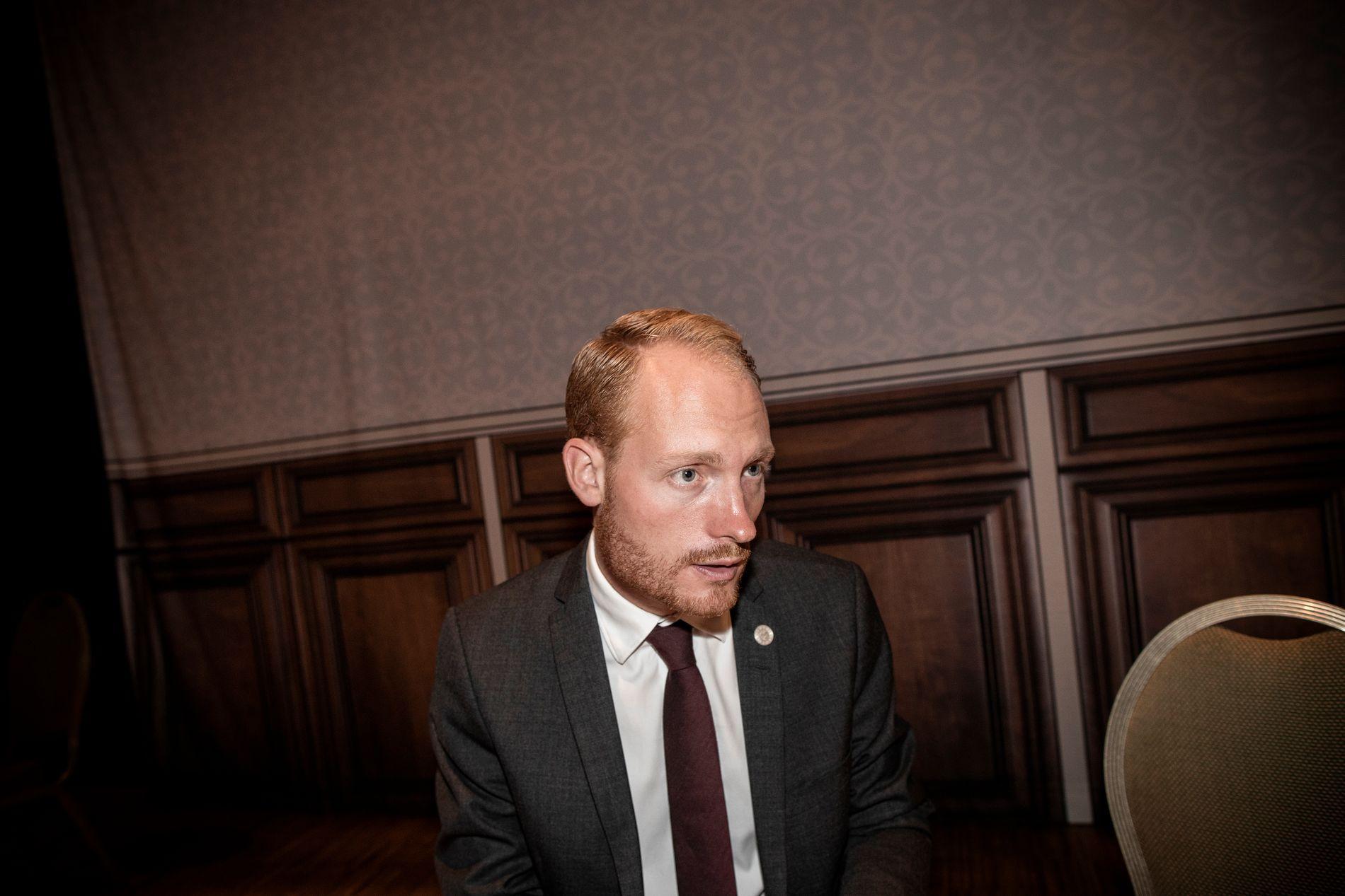 SØKER MAKT: Sverigedemokratene kan gjøre et brakvalg i Sverige i september. Aron Emilsson, som sitter i Riksdagen, deltok i innvandringsdebatt i Arendal onsdag.