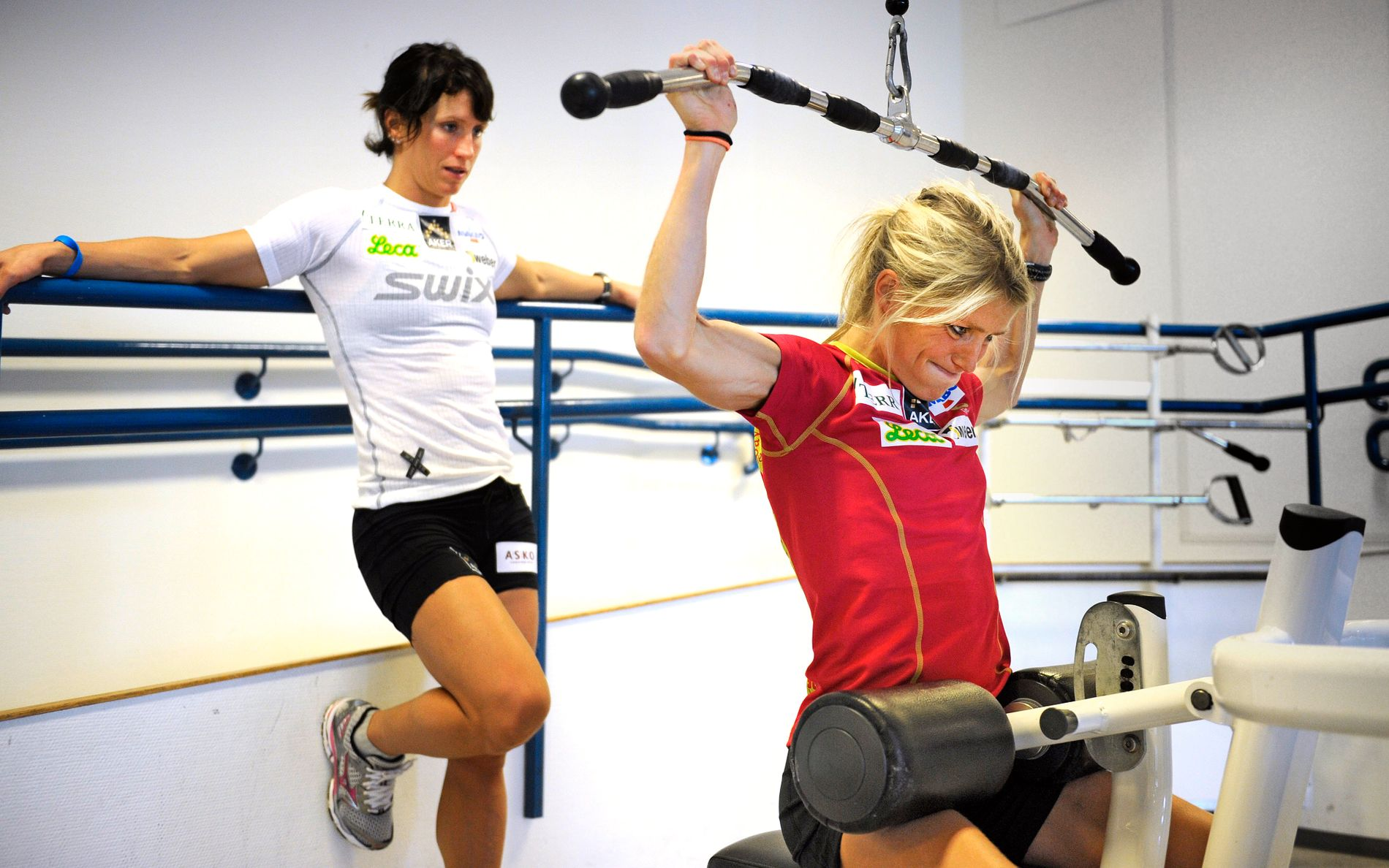 MÅ HOLDE SEG UNNA OLYMPIATOPPEN: Therese Johaug kan ikke trene på Olympiatoppen etter at hun er suspendert etter en positiv dopingprøve. Her er hun fotografert under en treningsøkt Olympiatoppen sammen med Marit Bjørgen (t.v.) i juni 2011.