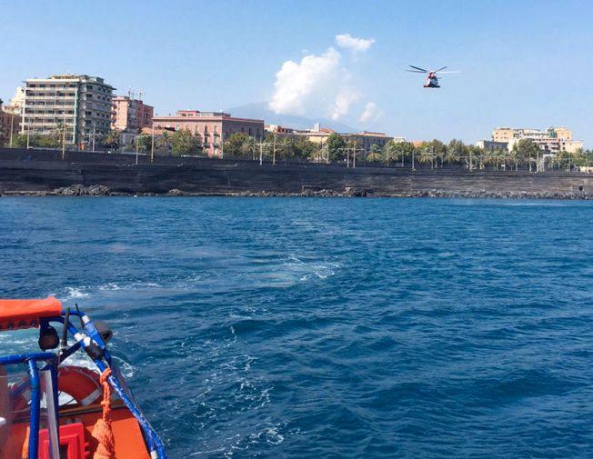 DET TYNGSTE OPPDRAGET: Her søker en av Forsvarets MOB- (mann over bord-) båter fra «Siem Pilot» og et helikopter fra den italienske kystvakten etter den savnede nordmannen (23) i havneområdet i Catania på Sicilia tirsdag ettermiddag.