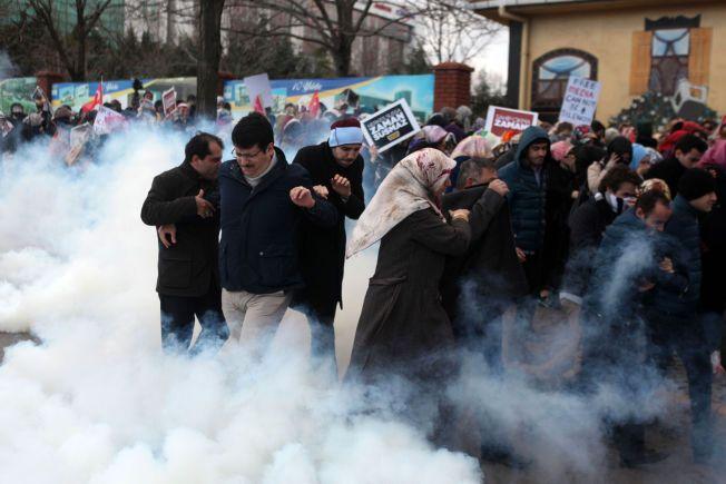 YTRINGSFRIHET UNDER PRESS: Tyrkiske myndigheter tok kontrollen over landets største avis, Zaman, 5. mars. Opprørspoliti brukte vannkanoner og tåregass mot mennesker som hadde samlet seg til en demonstrasjon utenfor avisens lokaler i Istanbul.