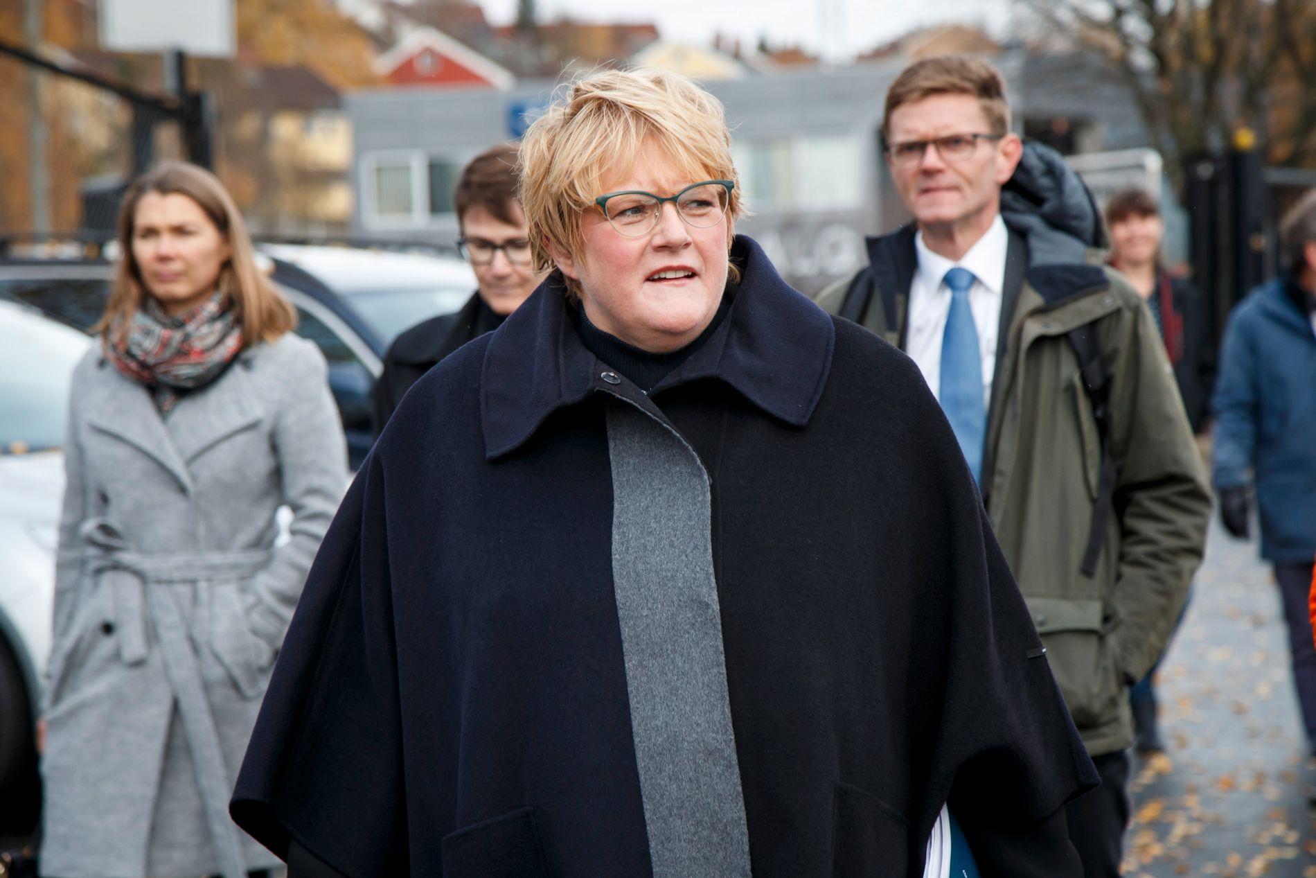 LA FREM SITT ALTERNATIV: Trine Skei Grande (tv) og Terje Breivik på vei til pressekonferanse om Venstres alternative budsjett for 2017.