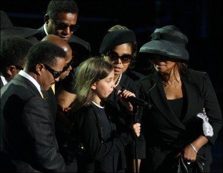 SISTE ORD: Paris Jackson fortalte hele verden hvor glad hun var i faren sin under minneseremonien. Her er hun omringet av popstjernens søsken på scenen i Staples Center i Los Angeles. Foto: MARIO ANZUONI/REUTERS