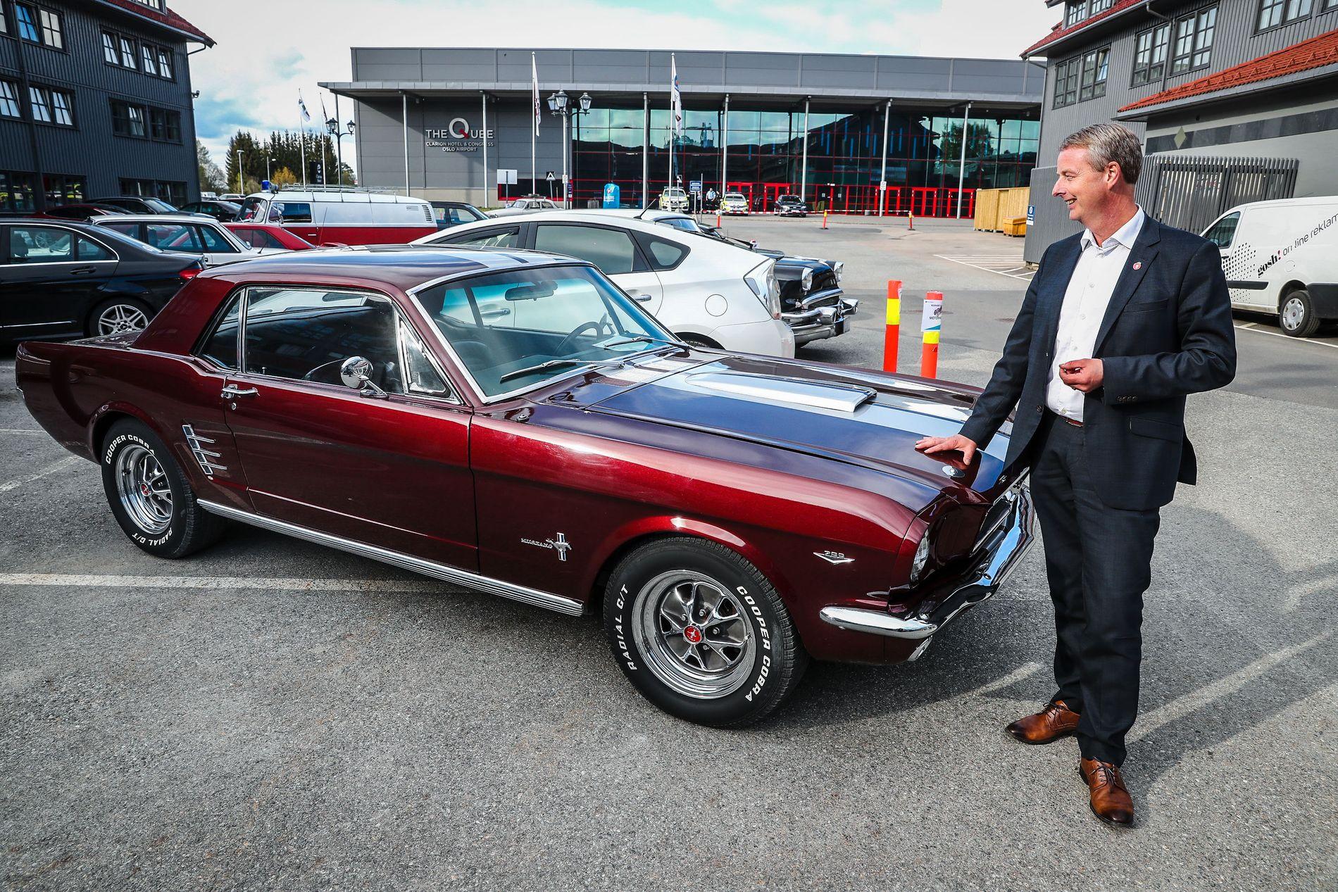 AMCAR-TREFF: Terje Søviknes foran en Ford Mustang 1966-modell, som er blant veteranbilene som vekker interesse på Frp-landsmøtet. Bilutstillingen er strategisk plassert på parkeringsplassen like utenfor hovedinngangen på landsmøtehotellet.