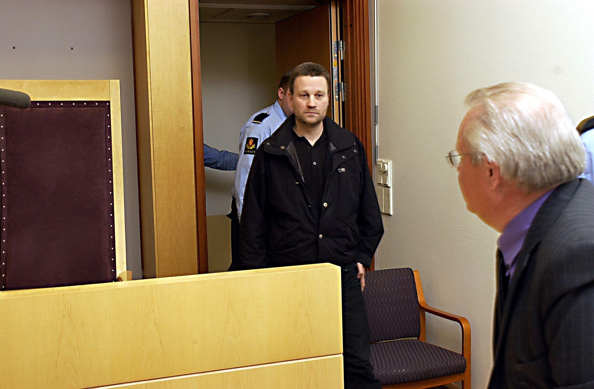 2004: Her kommer John Edvin Lie, som den gangen het Johnny Olsen, inn til fengslingsmøtet i 2004 hvor han innrømmet å stå bak to uoppklarte bombeattentat mot Blitz-huset i Oslo i 1994 og 1995. Denne tilståelsen trakk han senere.