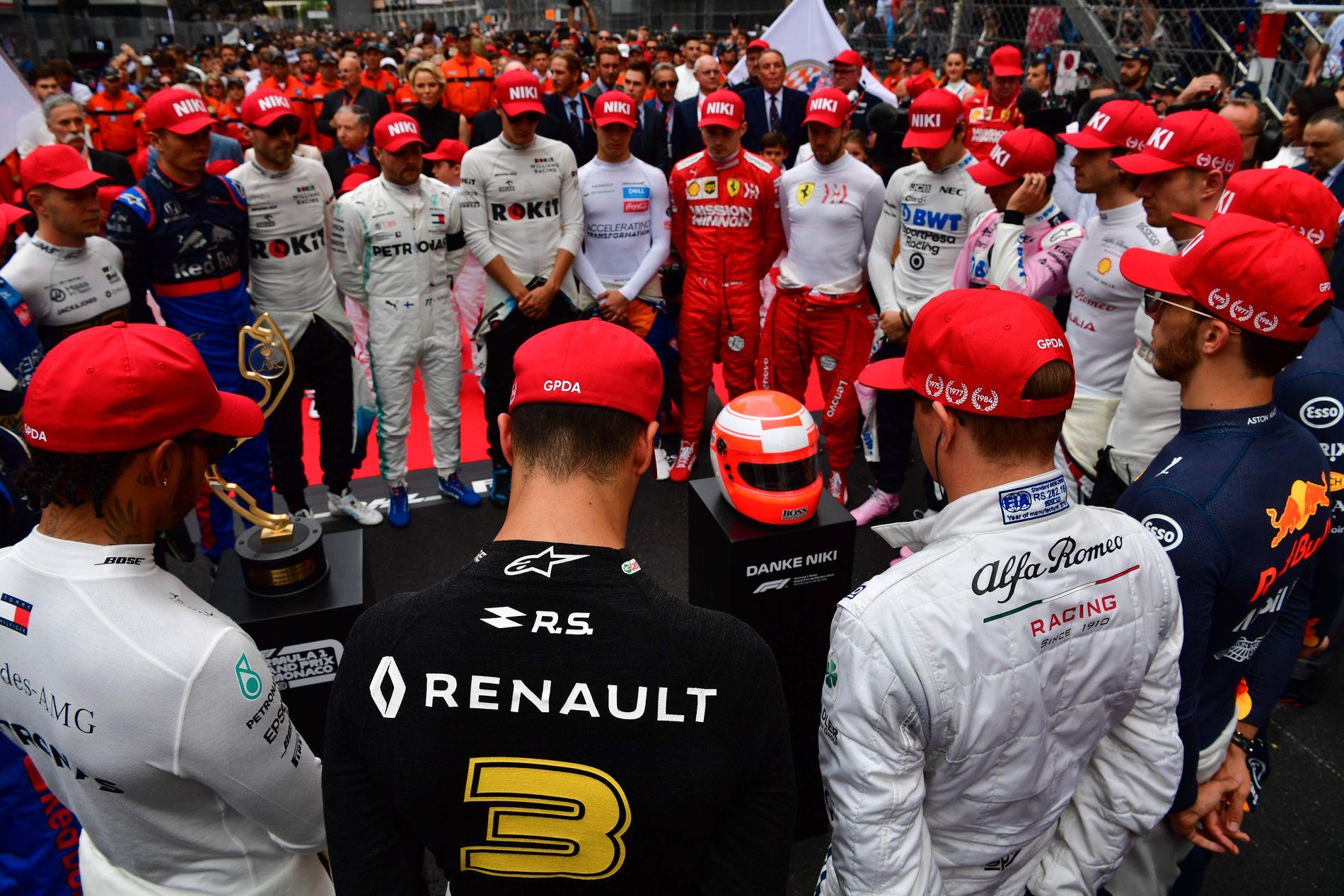 ETT MINUTTS STILLHET: Under helgens Formel 1-løp i Monaco hedret førerne og teamene Niki Lauda med ett minutts stillhet i røde capser, slik som racinglegenden var kjent for å alltid gå med.