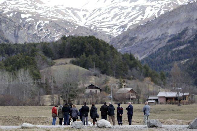 MINNESMERKE: Familiene til noen av de som døde i Germanwings-styrten besøker krasjstedet.
