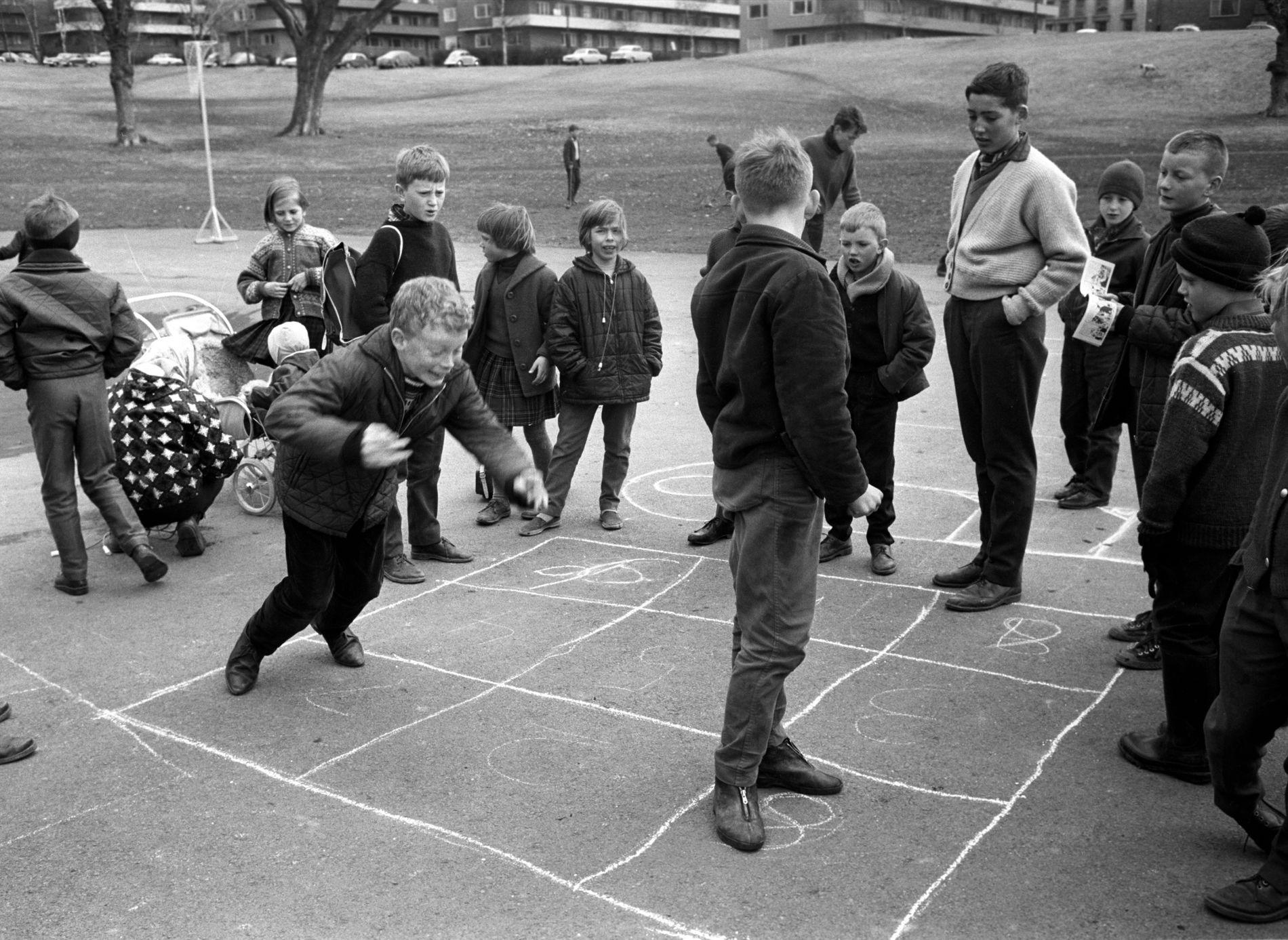 GUTTER VAR GUTTER: Dette bildet fra Marienlyst i Oslo i 1964 er fra den tiden da gutter var gutter og hadde lyse fremtidsutsikter på mange områder. Nå må vi tenke på guttenes likestillingsutfordringer.