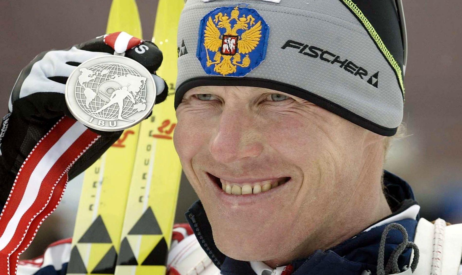 SKISKYTTERSTJERNE: Sergej Tsjepikov har to OL-gull. Her er han fotografert med sølvmedaljen på jaktstarten i VM i Hochfilzen i 2005.