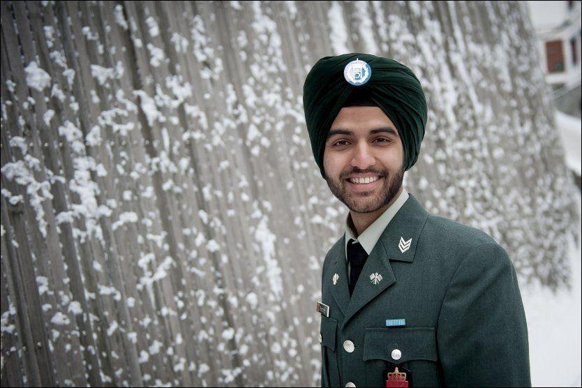 STOLT: - Forsvaret skal være åpne og inkluderende, men en skal ikke bruke religiøse hodeplagg for en hver pris, mener Sandeep Singh Pandher, som brukte turban til uniformen da han ble uteksaminert etter tre år på Forsvarets ingeniørhøyskole. Foto: DANIEL NORDBY, Forsvaret