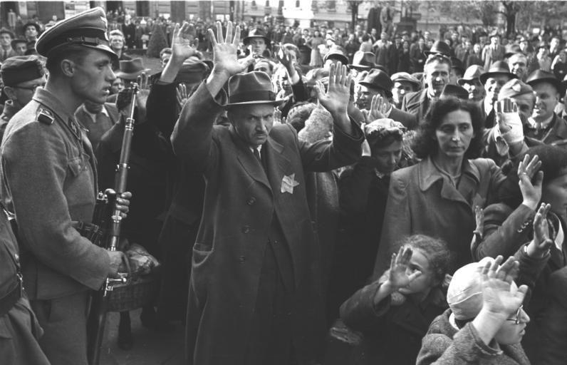 PÅGREPET: Ungarske jøder pågrepet i oktober i 1944 og sendt til den tyske konsentrasjonsleiren i Auschwitz.