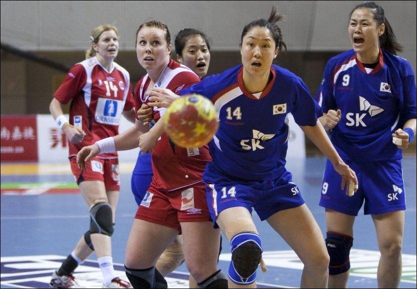 DEN SISTE SJANSEN: Karoline Dyhre Breivang hadde sjansen til å sikre ett poeng for Norge, men koreanernes målvakt reddet. Foto: Scanpix
