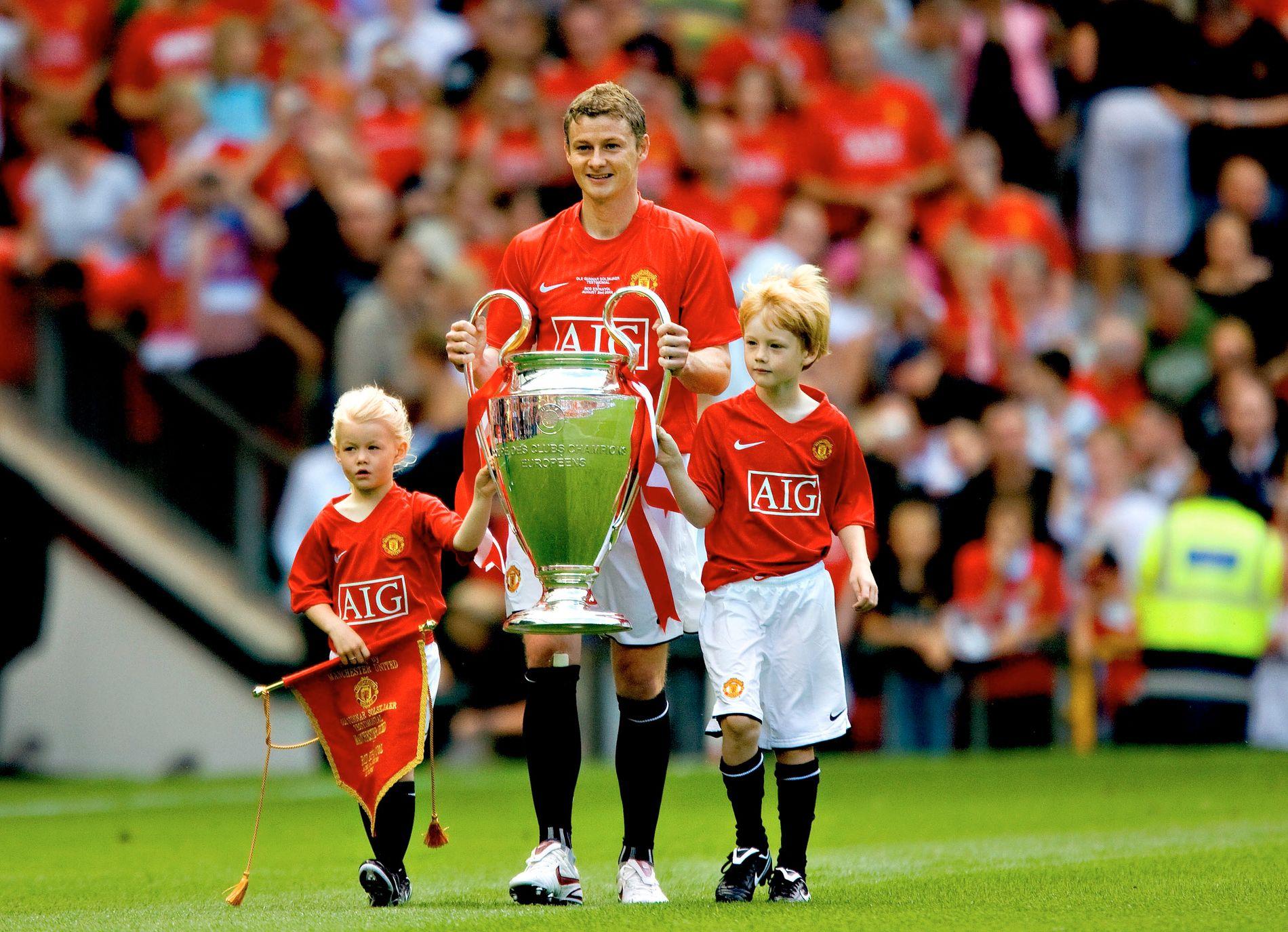 TIDLIG KRØKET: Ole Gunnar Solskjær viser frem Champions League-troféet sammen med Karna og Noah i forbindelse med sin egen testimonialkamp.