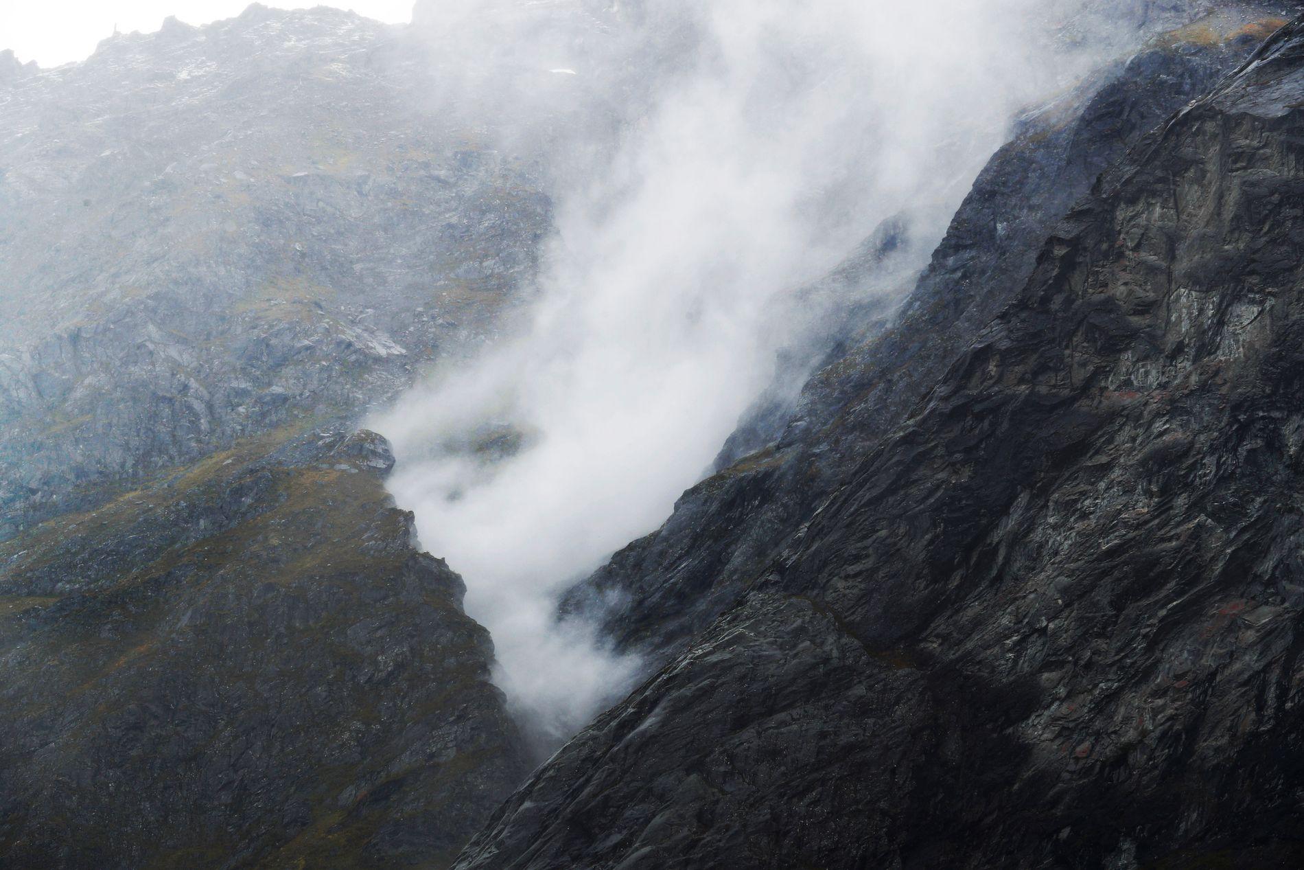 BULDRER: Kampesteiner buldret nedover fjellveggen og virvler opp støvskyer.
