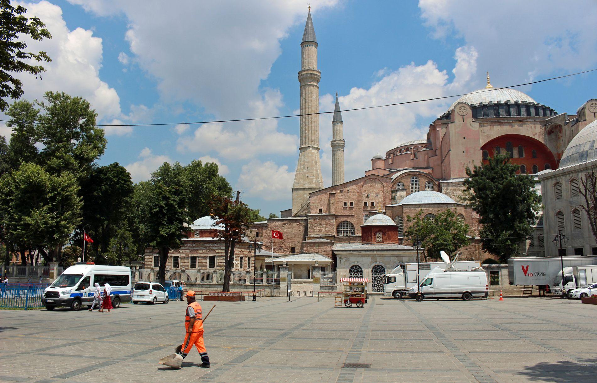 FOLKETOMT: Hagia Sofia, eller Aya Sofia som den kalles i Tyrkia, er Istanbuls mest kjente turistmål. Her pleier det å vrimle av turister, nå har gatefeieren plassen nesten for seg selv.