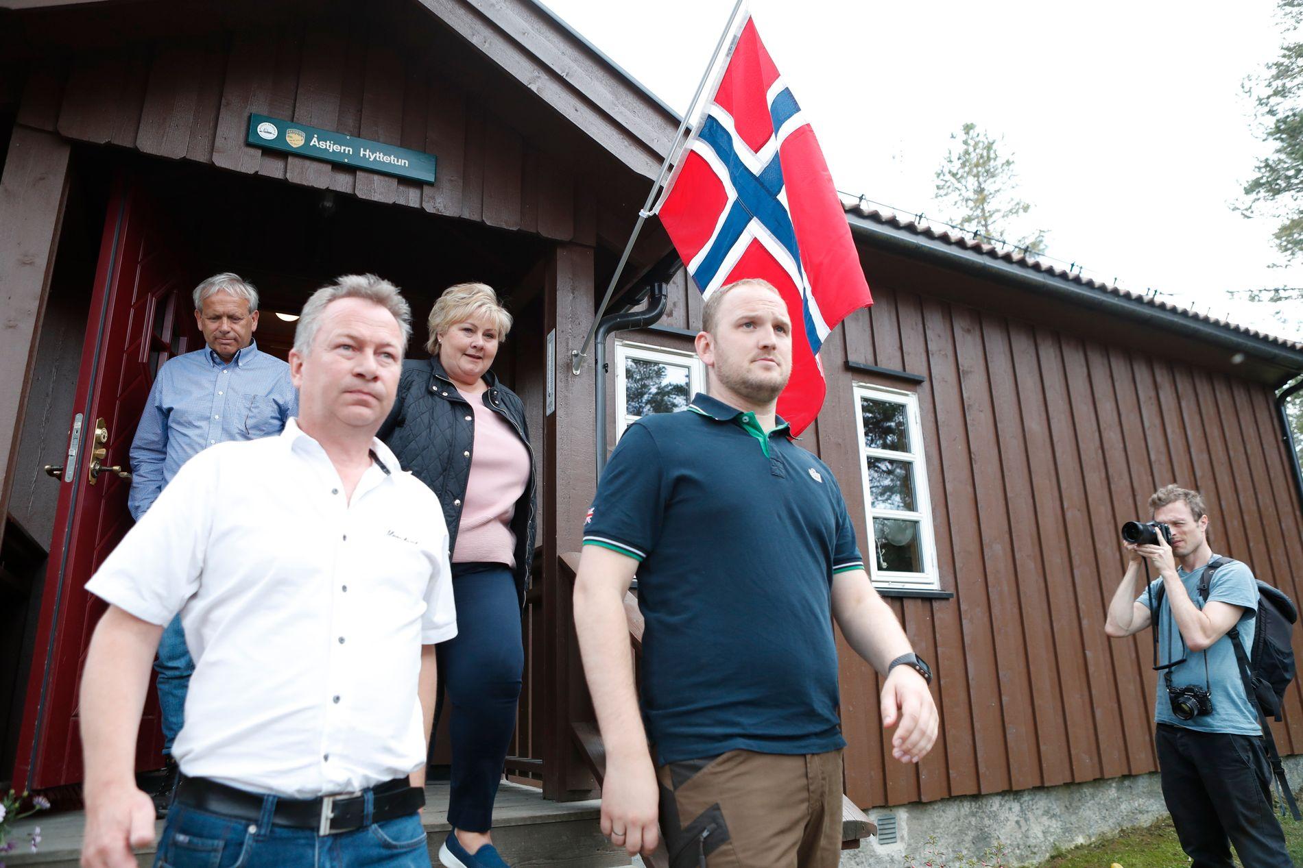 PRØVER ALT: Solberg og Dale på vei ut etter møte med lederen for det lokale beitelaget, Kjetil Ulset.