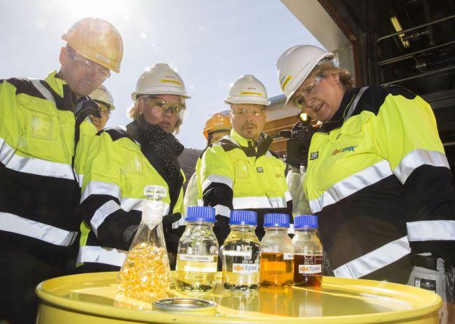 KUNNSKAP: – Kunnskap er den nye oljen. Norge trenger flere ideer som blir til nye arbeidsplasser. Vi kan aldri bli billigst, så vi må bli smartere. Derfor er kunnskap, forskning og innovasjon nøkkelen til mer nyskaping på kort og på lang sikt, skriver statsminister Erna Solberg. Bildet er fra et besøk med næringsminister Monica Mæland på Sunnmøre.