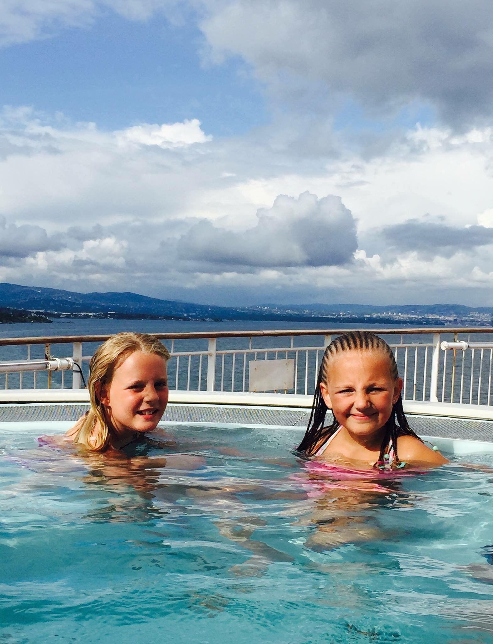 UNDER ÅPEN HIMMEL: Bading er også en populær aktivitet for Kine og Hannah, særlig om sommeren når de kan bruke bassenget ute på dekk.