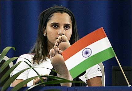 I HARDT VÆR: Asias beste kvinnelige tennisspiller, Sania Mirza, føler seg presset til ikke å spille en turnering i hjemlandet India. Foto: AFP